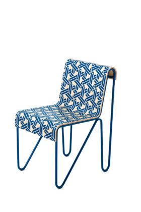 Cassina - La sedia Beugel si veste di un nuovo motivo grafico, ideato dall'illustratore olandese Joost Swarte che rende così omaggio alla capacità della lavorazione del legno di Gerrit T. Rietveld. Concepita in tre elementi, la sedia è costituita da due strutture identiche in acciaio che supportano una seduta in legno laminato personalizzata con un monogramma. Edizione limitata in 600 pezzi (200 per ogni colore: bianco perla, blu e senape).