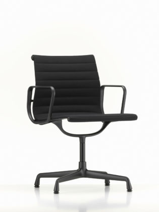 Vitra (Imm) Look total black per Aluminium Chair, progetto siglato nel 1958 da Charles & Ray Eames e ora rilanciato in una nuova versione nera grazie alla collaborazione con Eames Demetrios (nipote di Charles Eames e responsabile dell'Eames Office di Los Angeles).