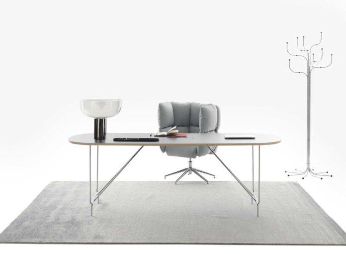 Litta, scrivania ricaricabile senza fili, e seduta Undecided Collection, design Raffaella Mangiarotti & Ilkka Suppanen per Manerba.