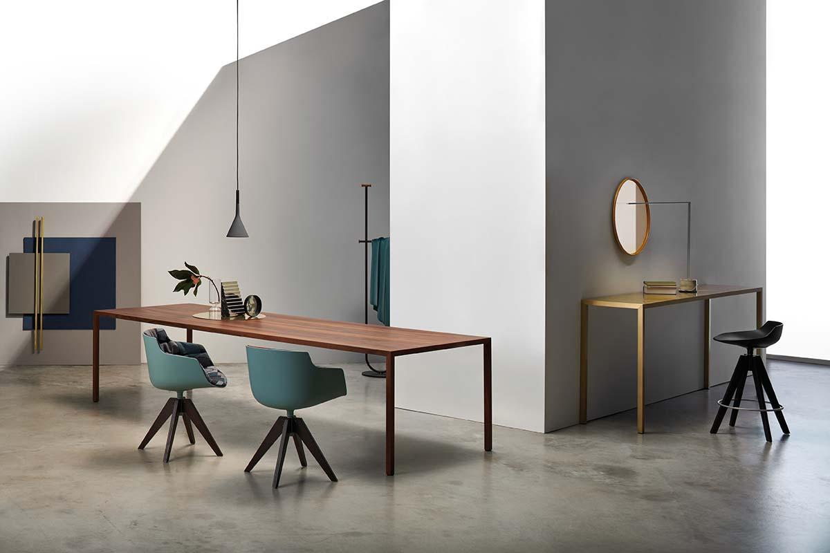 Tense fine wood con Flow slim color, tense material (ottone) con flow stool by MDF Italia