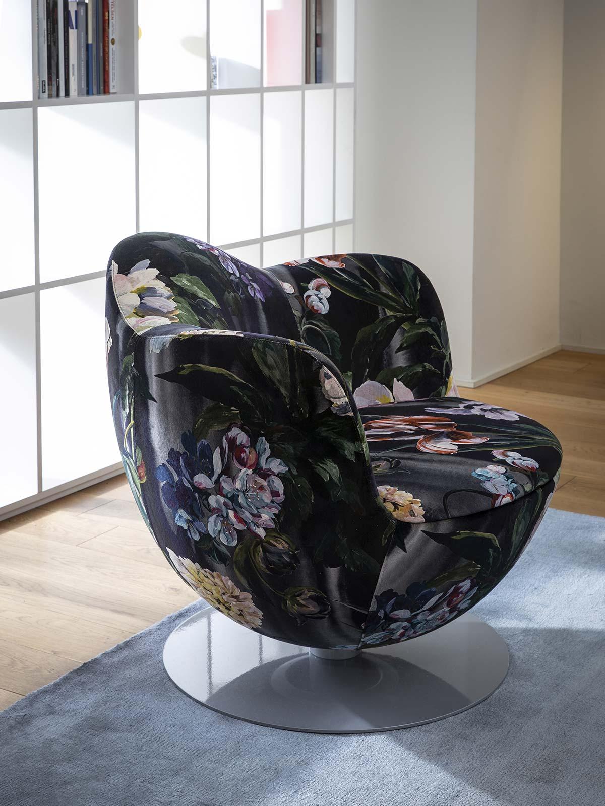 Poltrona Dalia, design Marcel Wanders, con nuovi tessuti by Designers Guild