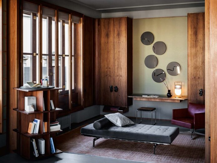 Libreria free-standing girevole Turner, progettata da Gianfranco Frattini