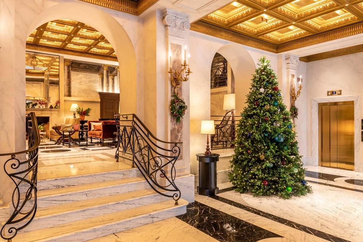 Albero di Natale nell'hall dell'hotel Eden di Roma con sfere Venini