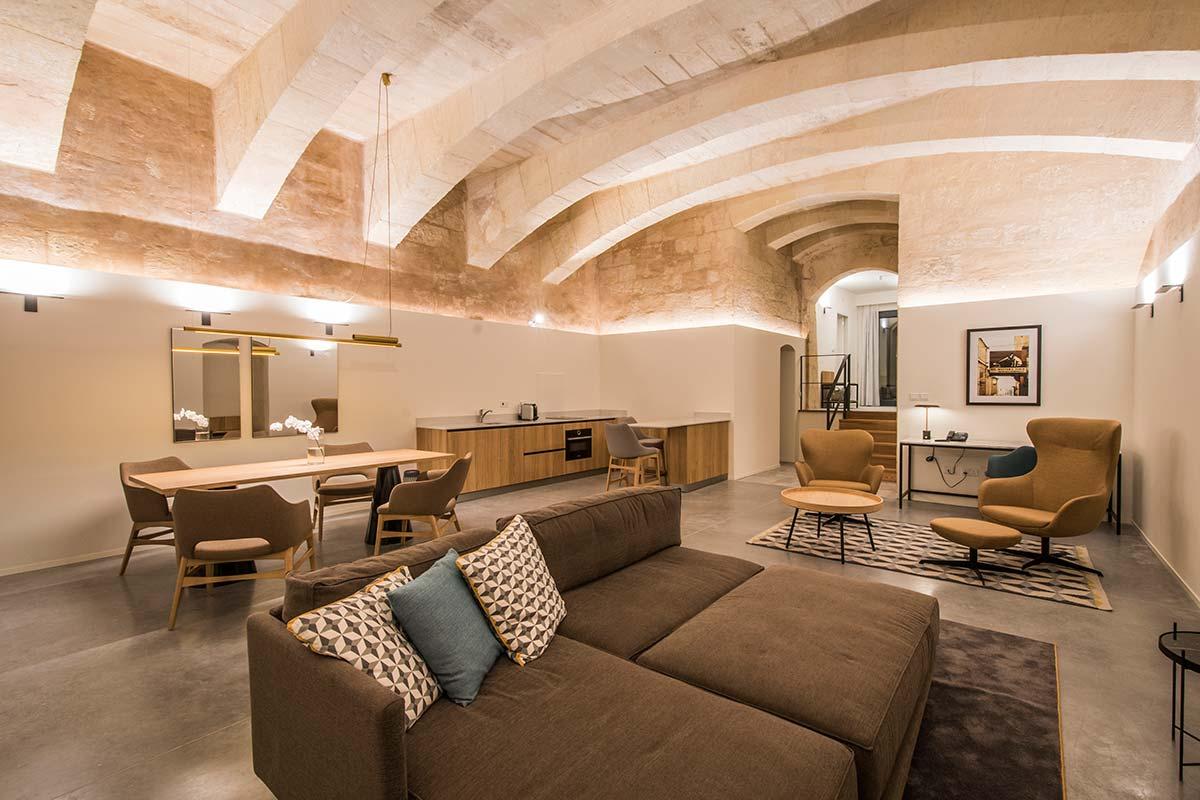 La suite più grande ospita due camere e una spaziosa area living con cucina