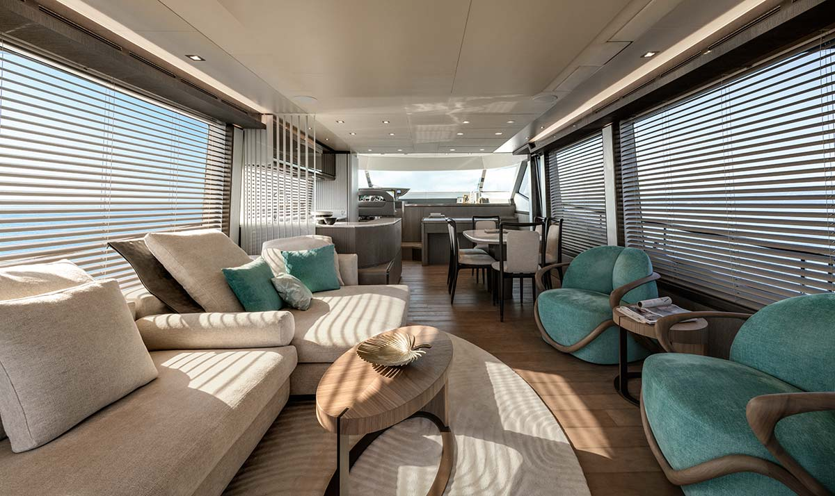 Poltroncine Hug, living dell'MCY76 di Monte Carlo Yachts