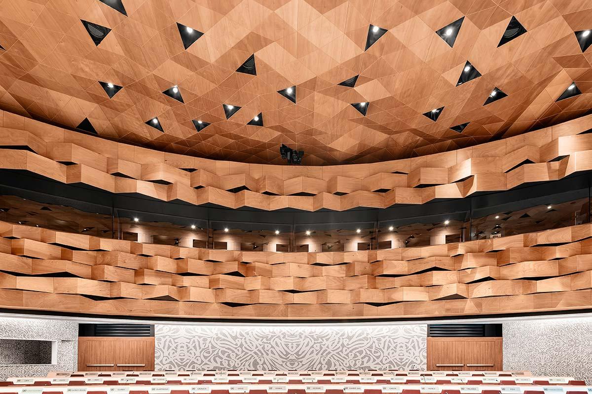 Il sistema WOOD-SKIN per il soffitto della Sala XIX dell'ONU di Ginevra. Photo Credits © DSL Studio