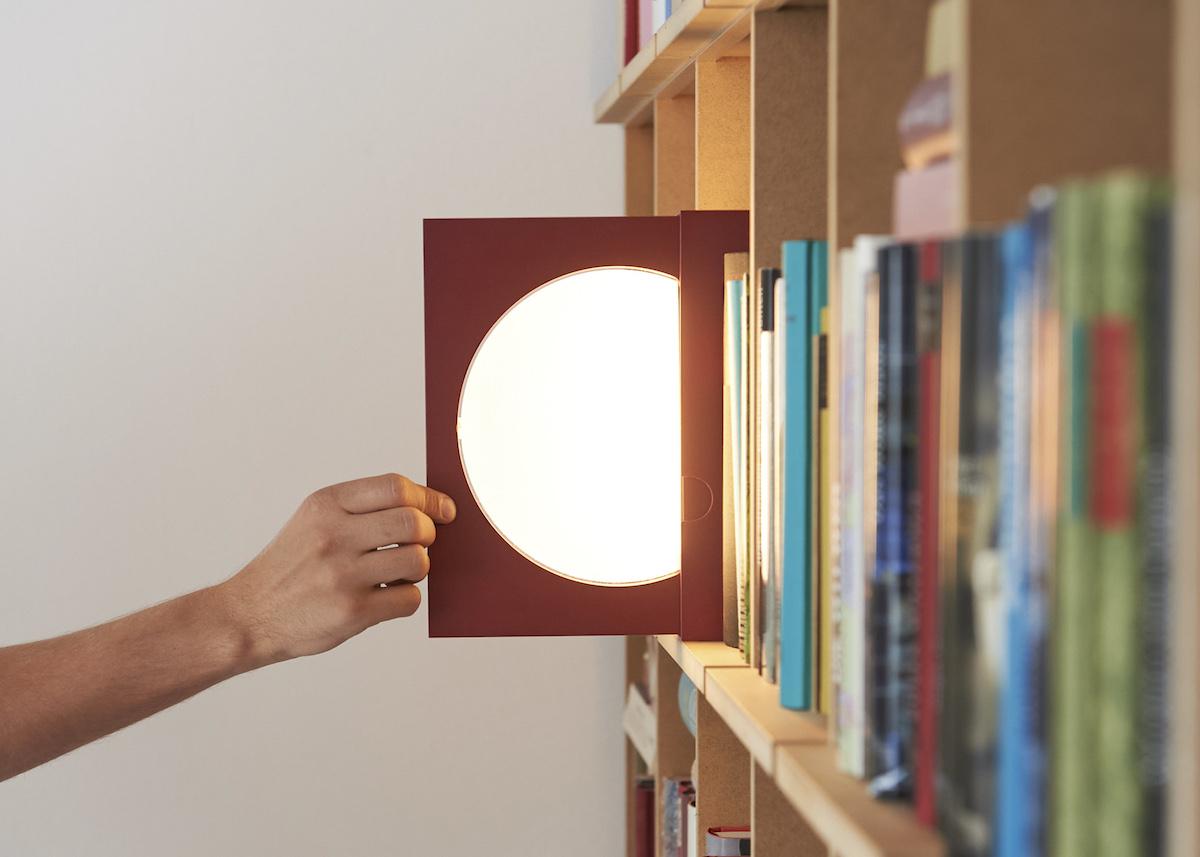 La lampada-segnalibro Elina di Dirk Vosding