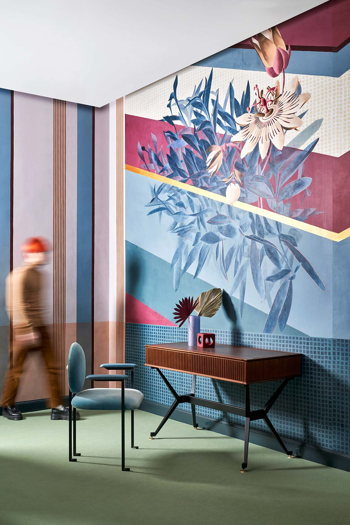 Misha Showroom Milano. Passiflora wallpaper, desk D-ITA, seduta Mario Milana MM3. Photo © Davide Lovatti, Stylist Studio Salaris